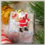 Брошь новогодняя Рождественская сказка Санта Клаус с подарками, цвет красно-белый в золоте