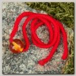 """Браслет-оберег """"Красная нить. Шарик коньячный"""" с подвеской, янтарь - бижутерия"""
