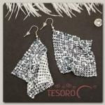 Серьги висячие Ромб диско, орнамент, цвет бело-серый в серебре - бижутерия